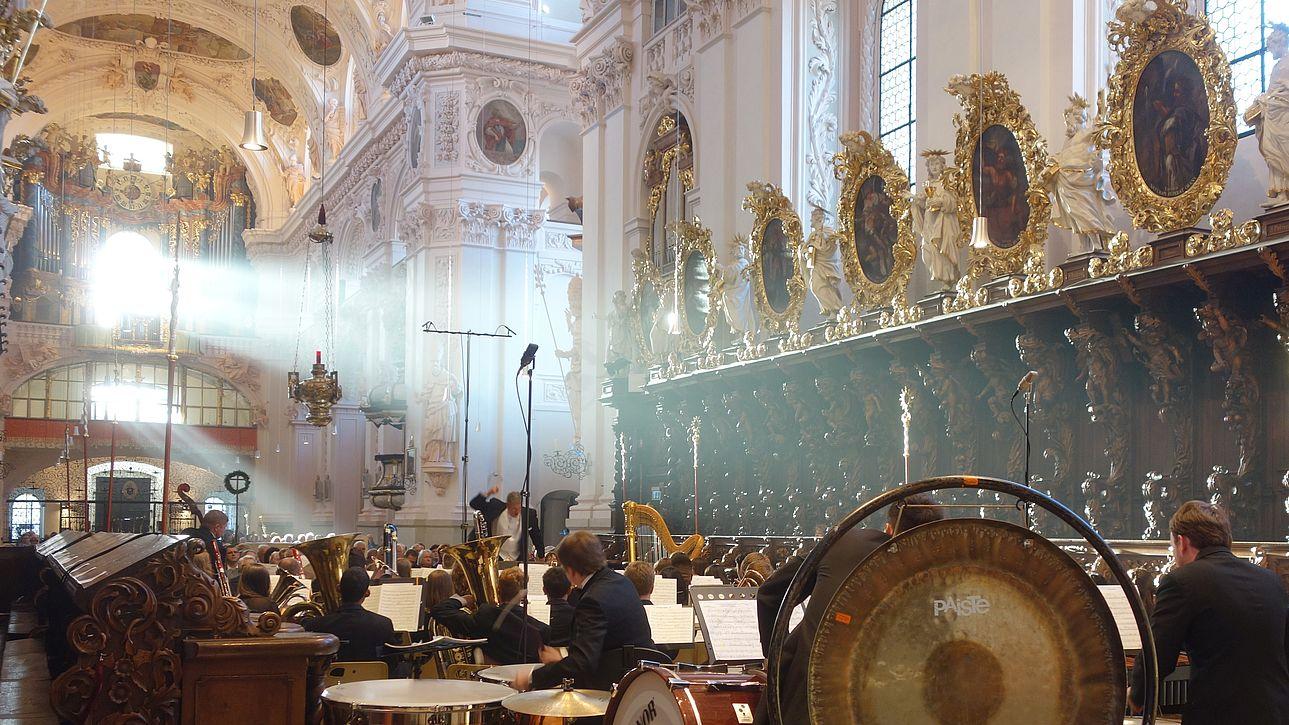 Symphonieorchester in der Basilika.