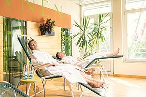 Personen, die im Sibyllenbad in Bad Neualbenreuth entspannen.