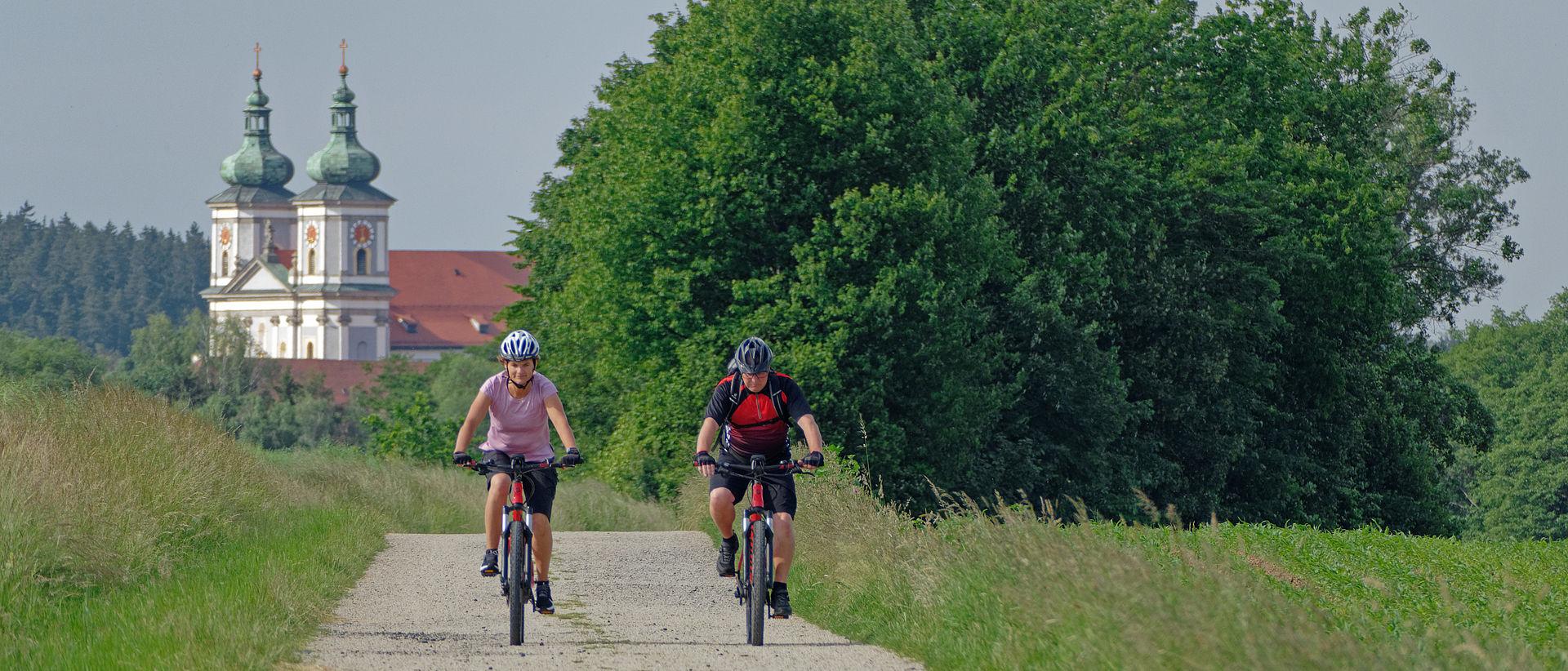 Zwei Fahrradfahrer am Egergrabenradweg Richtung Altenhammer.