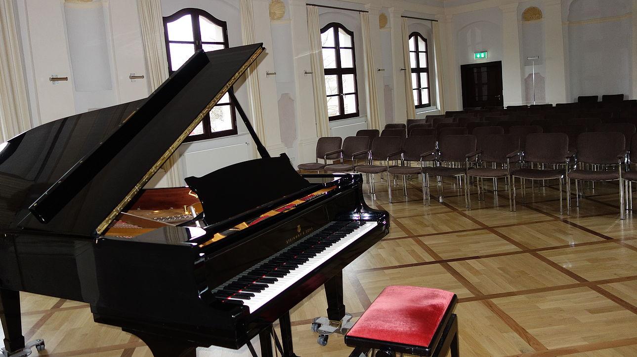 Klavier im Harmoniesaal im ehemaligen Abtschloss Waldsassen.