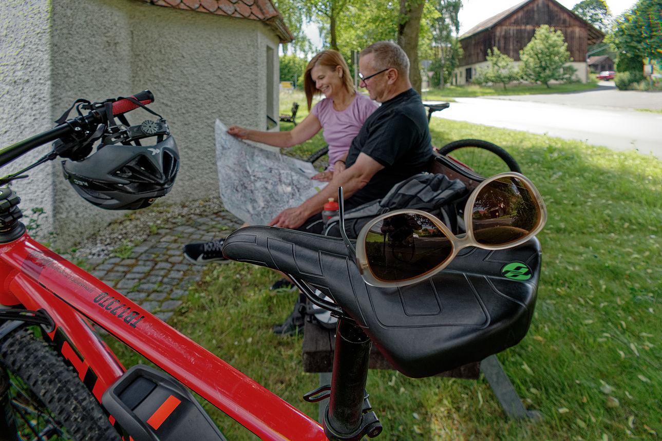 Zwei Fahrradfahrer am Egergraben-Radweg.