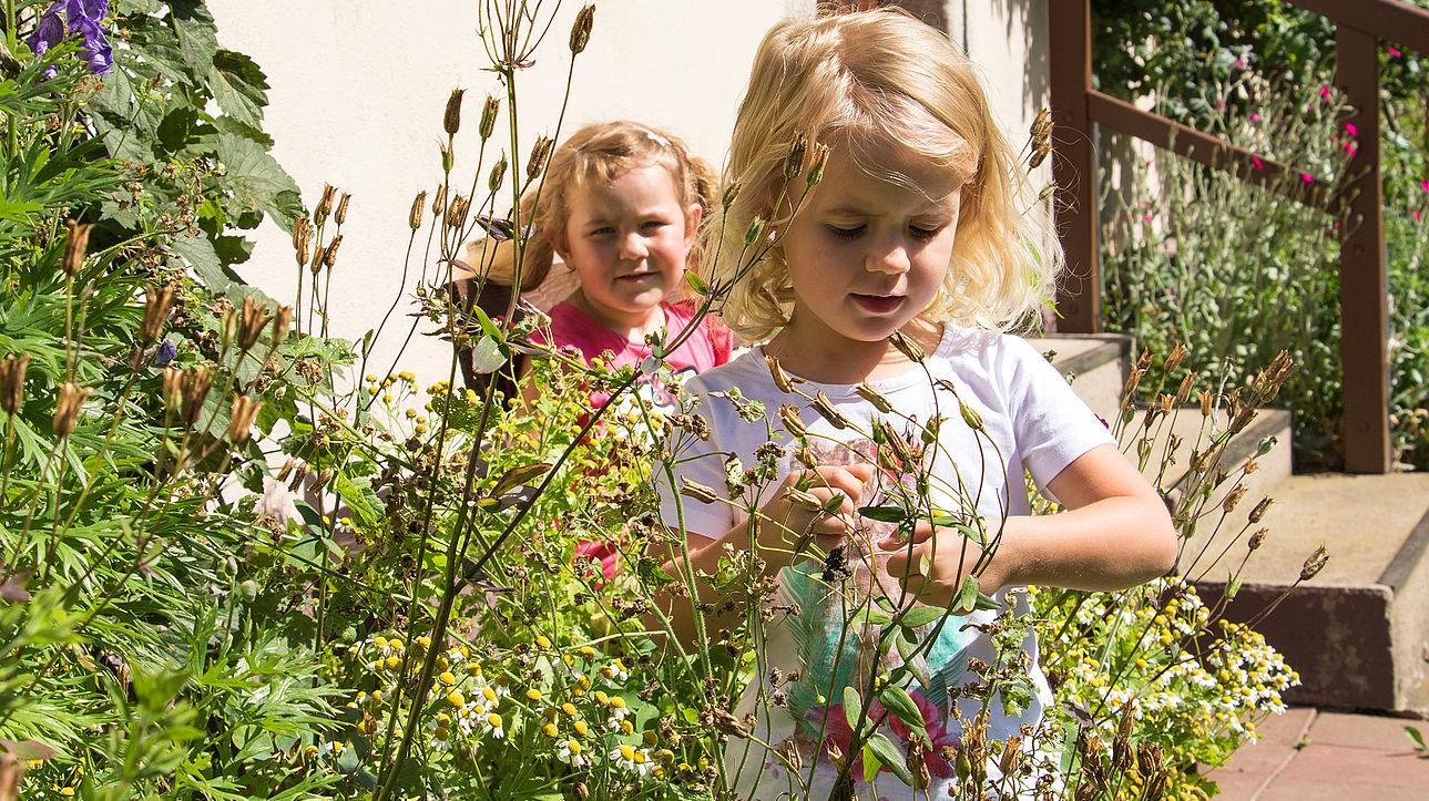 Zwei Mädchen im Klostergarten.