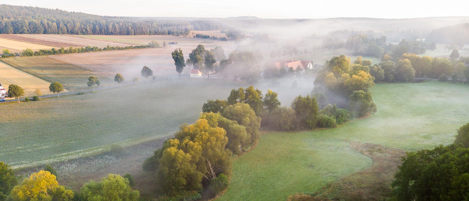 Mitterhof am Morgen mit Nebel.