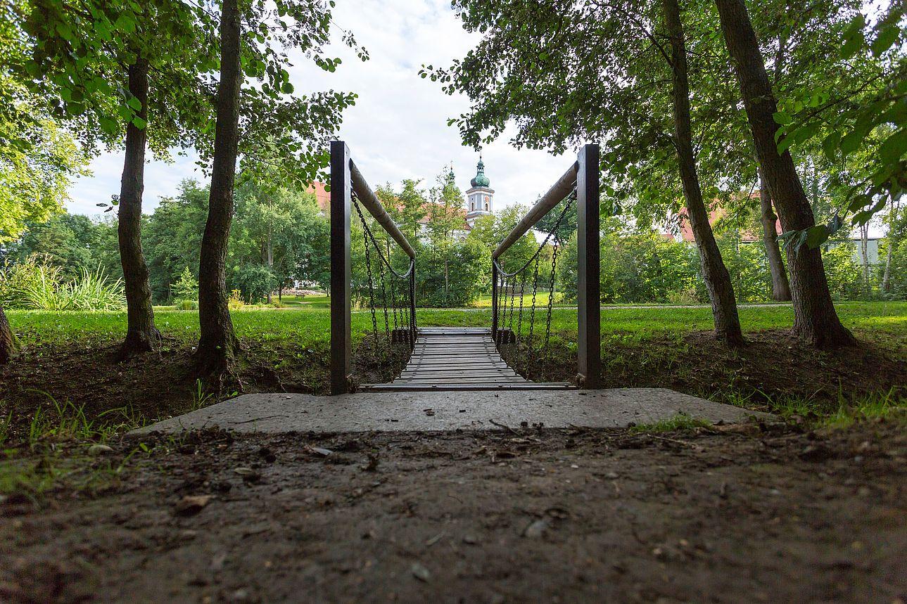 Brücke auf der Schwanenwiese und im Hintergrund die Basilika.