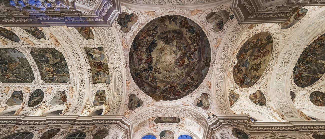 Die Deckenmalerei in der Basilika.