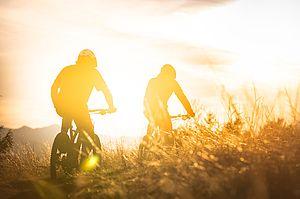 Zwei Fahrradfahrer mit Ghost-Fahrrädern.