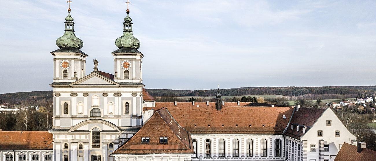 Die Basilika mit Kloster von vorne.
