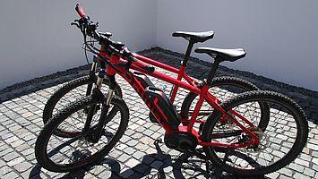 Zwei rote Mountain-E-Bikes von Ghost.