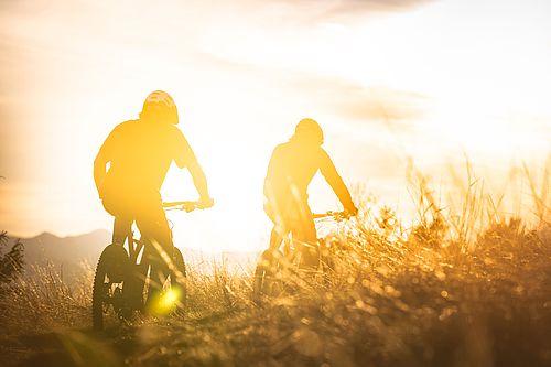Zwei Personen, die mit dem Fahrrad fahren.