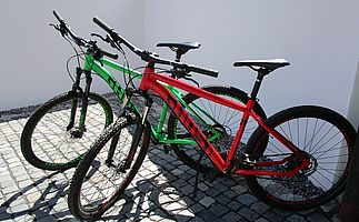 Zwei Mountain-Bikes.