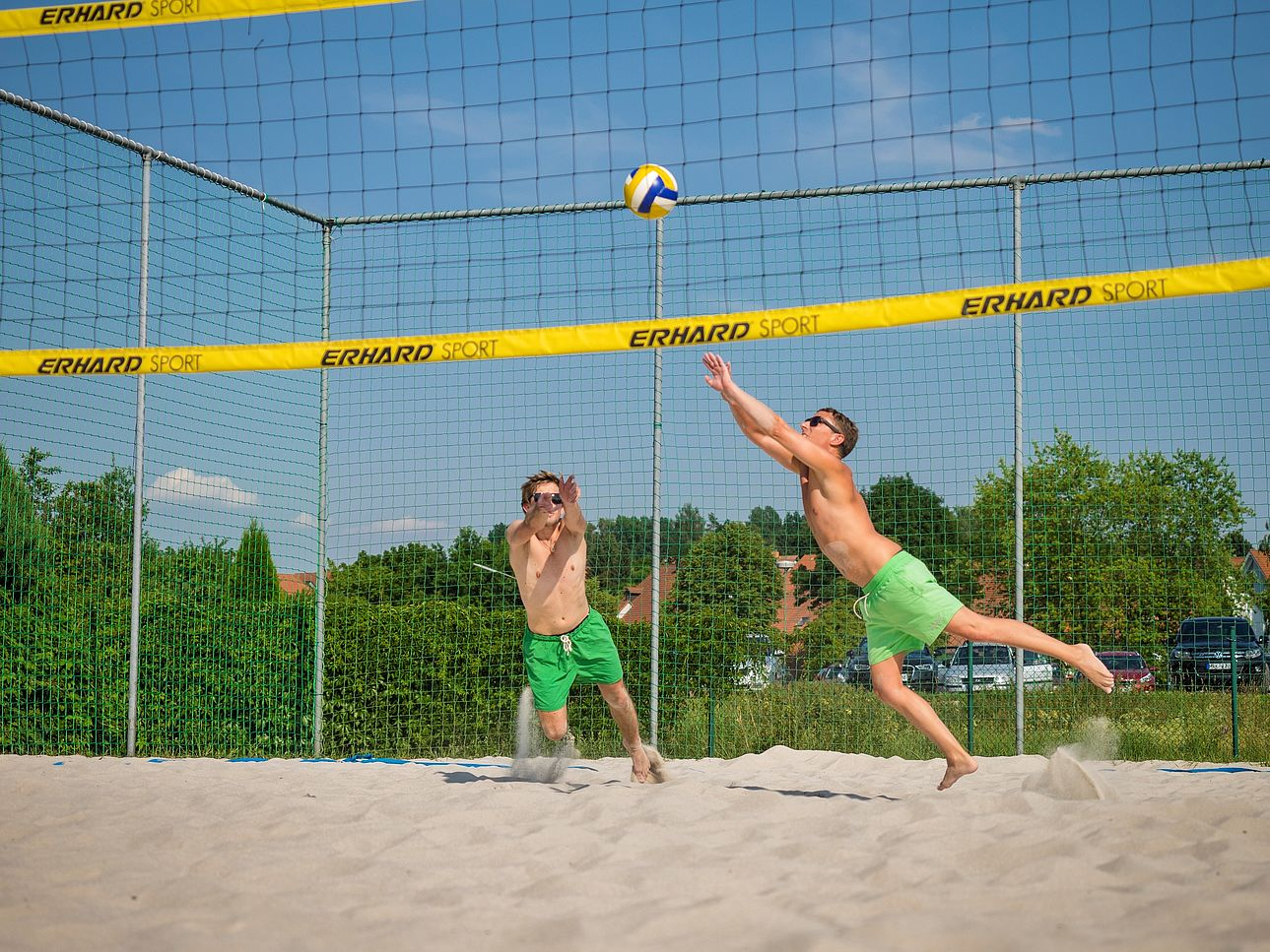 Jungs, die Volleyball spielen.