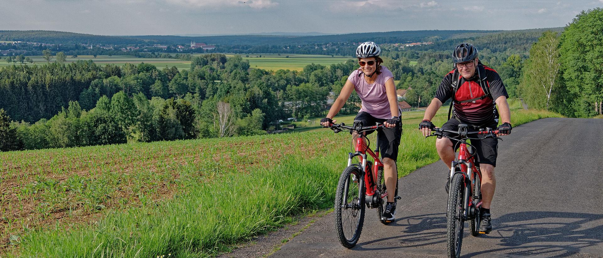 Zwei Fahrradfahrer am Egergrabenradweg oberhalb Altenhammer.
