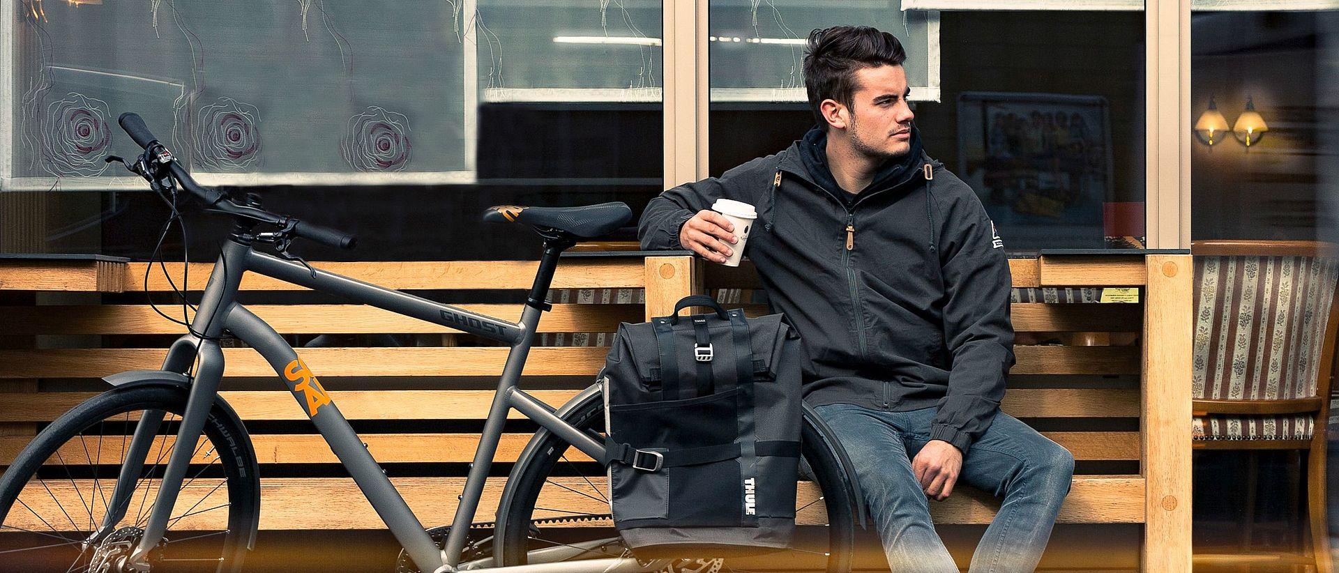 Ein Mann mit einem Ghost-Bike vor der Bäckerei Rosner.
