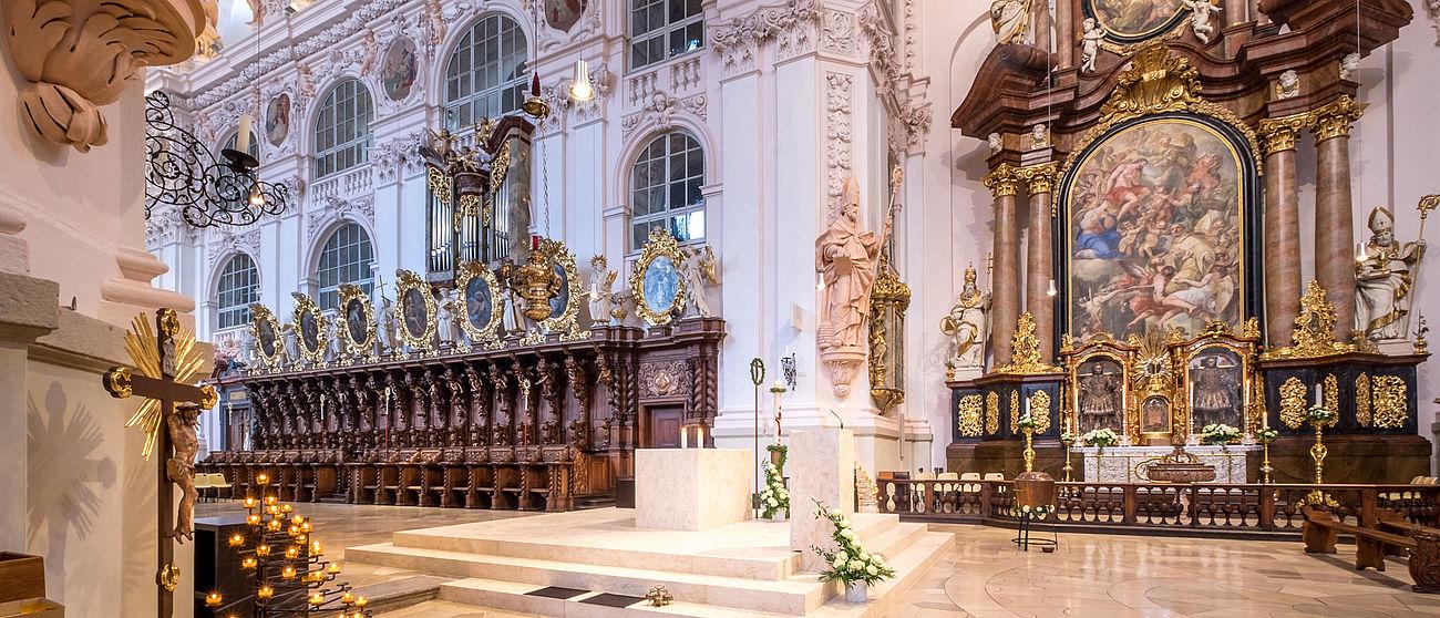 Die Basilika von innen mit Blick auf den Altar.