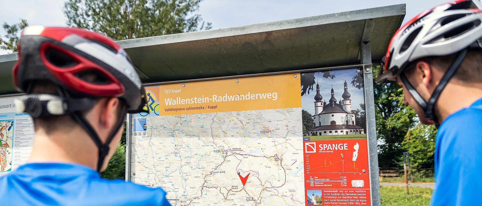 Zwei Jungen betrachten die Wallenstein-Karte.