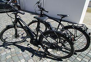Zwei schwarze Trekking-E-Bikes von Ghost.
